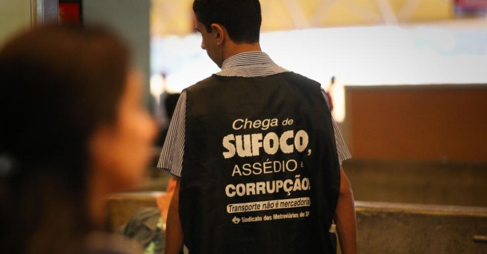 21.mai.2014 - Funcionário do metrô na estação Tatuapé, na zona leste de São Paulo, usa colete onde se lê