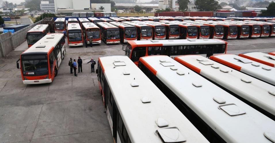 21.mai.2014 - Motoristas e cobradores fecham a garagem da viação de ônibus Gato Preto, na avenida Alexandre Mackenzie, na zona oeste de São Paulo na manhã desta quarta-feira (21)