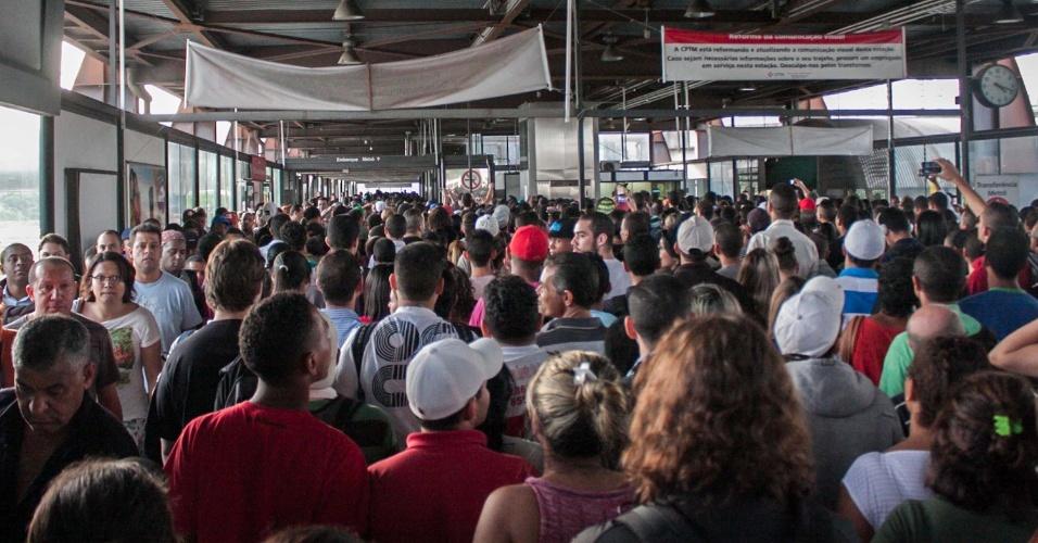 21.mai.2014 - Movimentação de passageiros na estação Santo Amaro da CPTM (Companhia Paulista de Trens Metropolitanos) foi mais intensa que o normal para o horário no fim da tarde desta quarta-feira (21), devido à paralisação dos motoristas e cobradores em São Paulo.