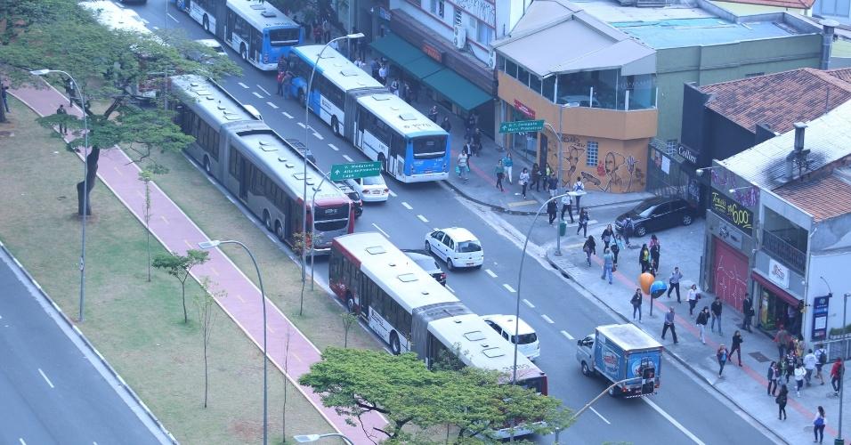 21.mai.2014 - Ônibus são estacionados na avenida Faria Lima, zona oeste de São Paulo, durante a paralisação de motoristas e cobradores. Veículos das companhias Gato Preto, Santa Brigida, Sambaíba, Via Sul (todas nas zonas norte, noroeste e oeste) e VIP (na zona sul) não deixaram as garagens. Ônibus da viação Campo Belo, que havia aderido ao movimento, voltaram a circular às 5h40, de acordo com a SPTrans.