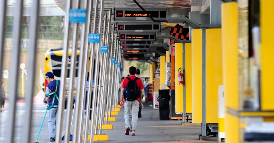 21.mai.2014 - Passageiro caminha dentro do terminal Parque Dom Pedro 2º, no centro de São Paulo, que funciona parcialmente nesta quarta-feira (21), durante o segundo dia da grave de parte dos motoristas e cobradores da cidade. A categoria afirma que optou por estacionar os ônibus nas ruas para evitar retaliações do próprio sindicato e das empresas. O Sindimotoristas, que representa a categoria, havia ordenado que os veículos deixassem as garagens e circulassem normalmente