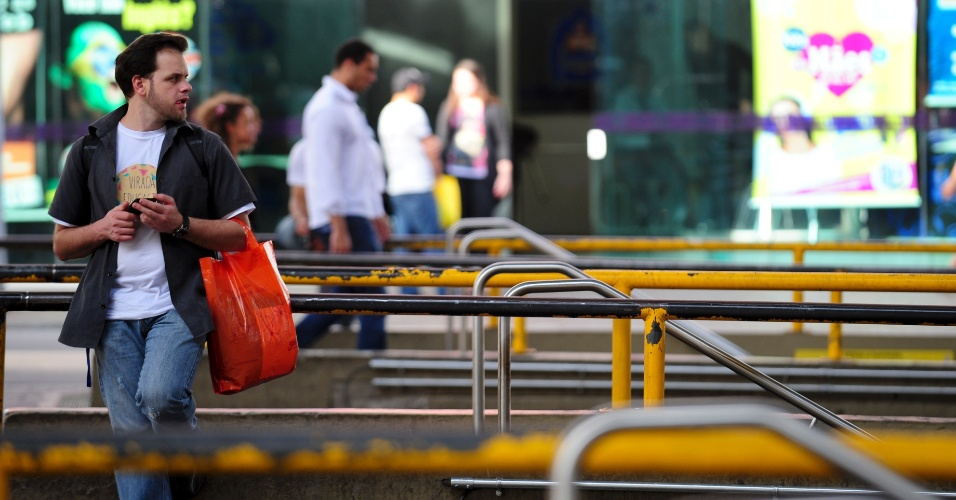 21.mai.2014 - Passageiros aguardam no terminal Santana, na zona norte de São Paulo, que segue fechado nesta quarta-feira (21), durante o segundo dia da grave de parte dos motoristas e cobradores. A categoria afirma que optou por estacionar os ônibus nas ruas para evitar retaliações do próprio sindicato e das empresas. O Sindimotoristas, que representa a categoria, havia ordenado que os veículos deixassem as garagens e circulassem normalmente