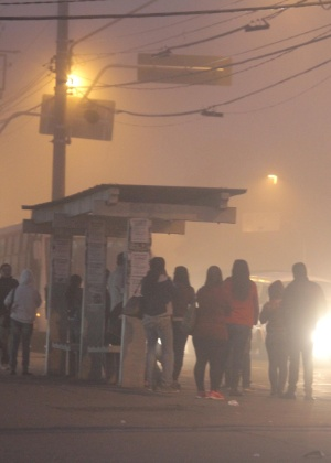 Passageiros aguardam ônibus em ponto localizado na região de Sapopemba, na zona leste