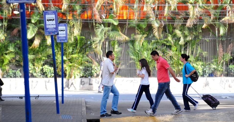 21.mai.2014 - Passageiros transitam pelo no terminal Santana, na zona norte de São Paulo, que segue fechado nesta quarta-feira (21), durante o segundo dia da grave de parte dos motoristas e cobradores da cidade. A categoria afirma que optou por estacionar os ônibus nas ruas para evitar retaliações do próprio sindicato e das empresas. O Sindimotoristas, que representa a categoria, havia ordenado que os veículos deixassem as garagens e circulassem normalmente