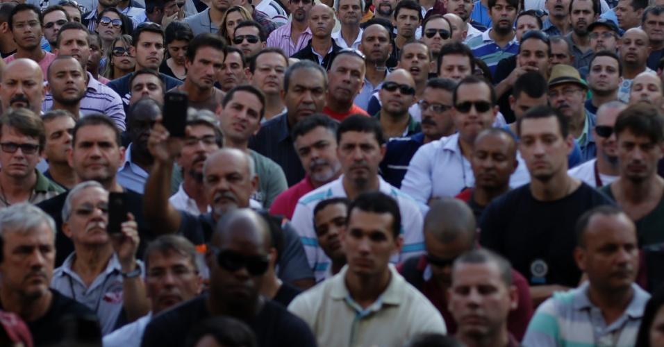 21.mai.2014 - Policiais civis participam de assembleia na Cidade da Polícia, no bairro de Jacareí, na zona norte do Rio de Janeiro, durante paralisação de 24 horas, nesta quarta-feira (21). Dentre os itens da pauta de reivindicações da categoria estão, plano de saúde, reajuste de 100% do tíquete alimentação e do vale-transporte, criação de um plano de cargos e salários, incorporação das gratificações e reajuste de 50% no piso dos agentes para diminuir a discrepância com os vencimentos de delegados