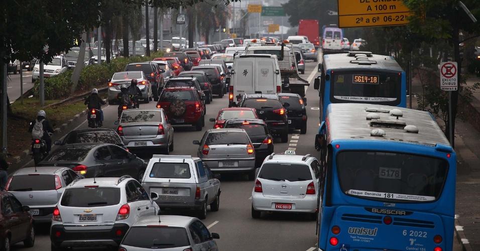 21.mai.2014 - Trânsito intenso na avenida Washington Luís, na zona sul da cidade de São Paulo, próximo ao aeroporto de Congonhas, na manhã desta quarta-feira (21). Com paralisação de ônibus, a CET registrou, às 8h50, 85 km de lentidão na cidade - valor considerado dentro da média. A zona sul era a mais congestionada, com 37 km de filas