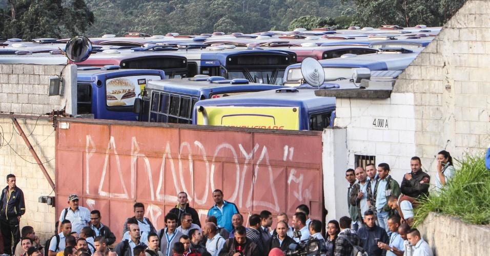 22.mai.2014 - A garagem da empresa de ônibus Mobi Brasil, na Estrada do Alvarenga, zona sul de São Paulo, amanheceu com os portões fechados nesta quinta-feira (22). A viação, que atende o ABC Paulista com 230 ônibus, responde por 60% do transporte na região