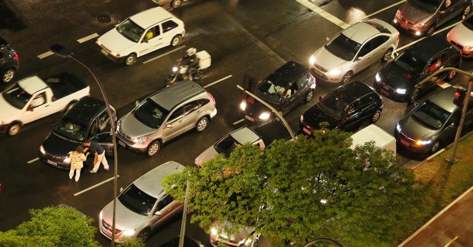 22.mai.2014 - Acidente envolvendo três carros deixa o trânsito ainda mais complicado na avenida Brigadeiro Faria Lima, em Pinheiros, nesta quinta-feira (22). Às 18h, a CET (Companhia de Engenharia de Tráfego) registrou 167 km de lentidão - a média para o horário fica entre 109 km e 150 km