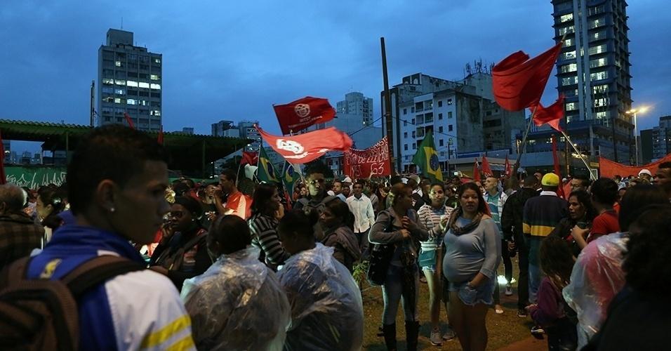 22.mai.2014 - Apesar da tarde chuvosa, manifestantes se concentram no largo da Batata, em Pinheiros, zona oeste de São Paulo, em protesto que reúne sem-teto, estudantes e integrantes de outros movimentos sociais contrários à Copa do Mundo, nesta quinta-feira (22). O ato tem como objetivo