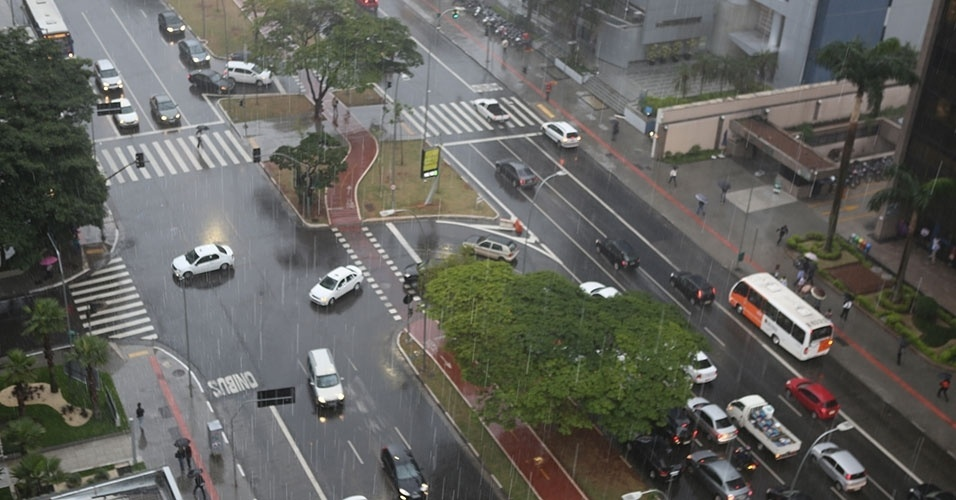 22.mai.2014 - Chuva atinge a cidade de São Paulo, nesta quinta-feira (22), após dias de tempo seco. Na foto, carros transitam sob a chuva na avenida Brigadeiro Faria Lima, em Pinheiros, zona oeste da capital paulista