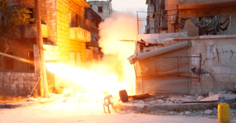 22.mai.2014 - Rebeldes islâmicos disparam um foguete contra forças legais ao ditador sírio, Bashar al-Assada, no bairro de Seif El Dawla, em Aleppo, na Síria, nesta quinta-feira (22). A Rússia e a China vetaram nesta quinta-feira (22) um projeto de resolução no Conselho de Segurança da ONU para levar os crimes cometidos durante a guerra civil na Síria para serem julgados no Tribunal Penal Internacional