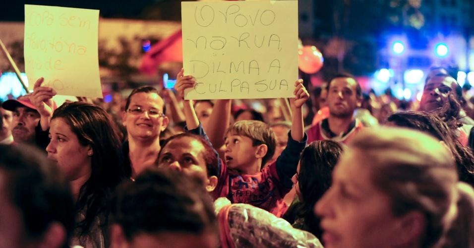 22.mai.2014 - Integrantes do MTST (Movimentos dos Trabalhadores Sem Teto) fazem protesto contra a Copa do Mundo e outras questões, no início da noite desta quinta-feira (22), em Pinheiros, zona oeste de São Paulo