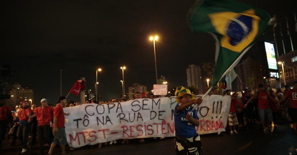 22.mai.2014 - Integrantes do MTST (Movimentos dos Trabalhadores Sem Teto bloqueiam a avenida Brigadeiro Faria Lima, durante protesto contra a Copa do Mundo e outras questões, no início da noite desta quinta-feira (22)