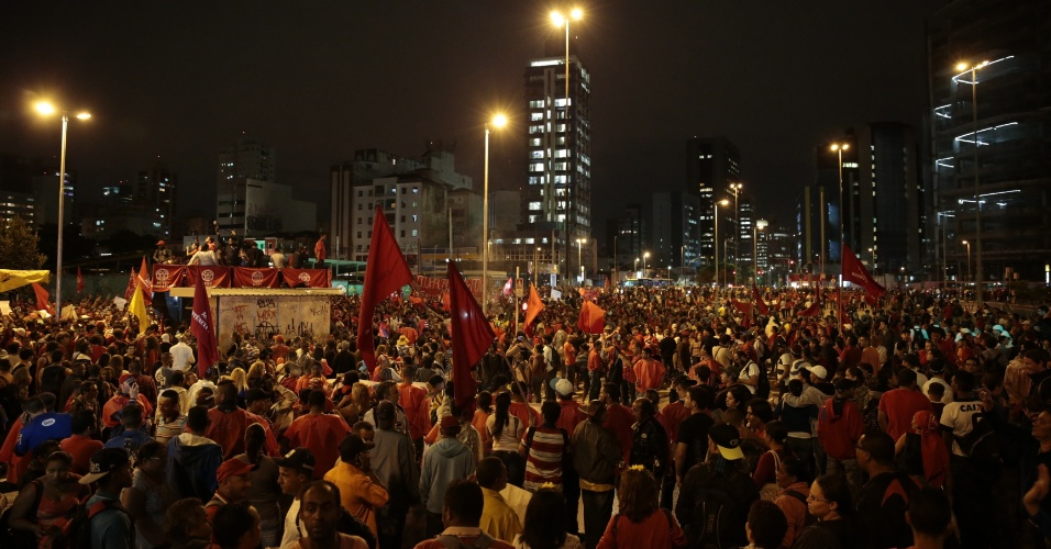 22.mai.2014 - Integrantes do MTST (Movimentos dos Trabalhadores Sem Teto) bloqueiam a avenida Brigadeiro Faria Lima, durante protesto contra a Copa do Mundo e outras questões, no início da noite desta quinta-feira (22)