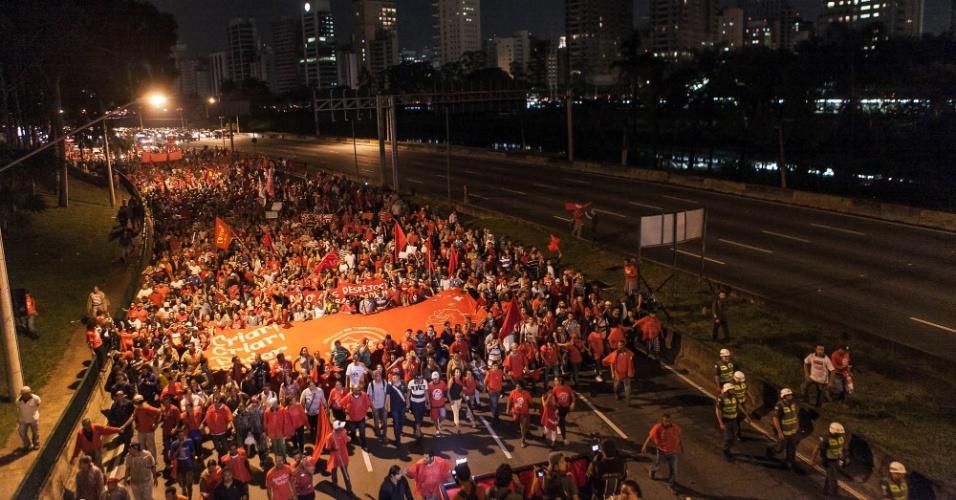 22.mai.2014 - Integrantes do MTST (Movimentos dos Trabalhadores Sem Teto) passam marginal Pinheiros, no Itaim Bibi, na zona oeste de São Paulo, durante protesto contra a Copa do Mundo e outras questões, no início da noite desta quinta-feira (22), em Pinheiros, zona oeste de São Paulo