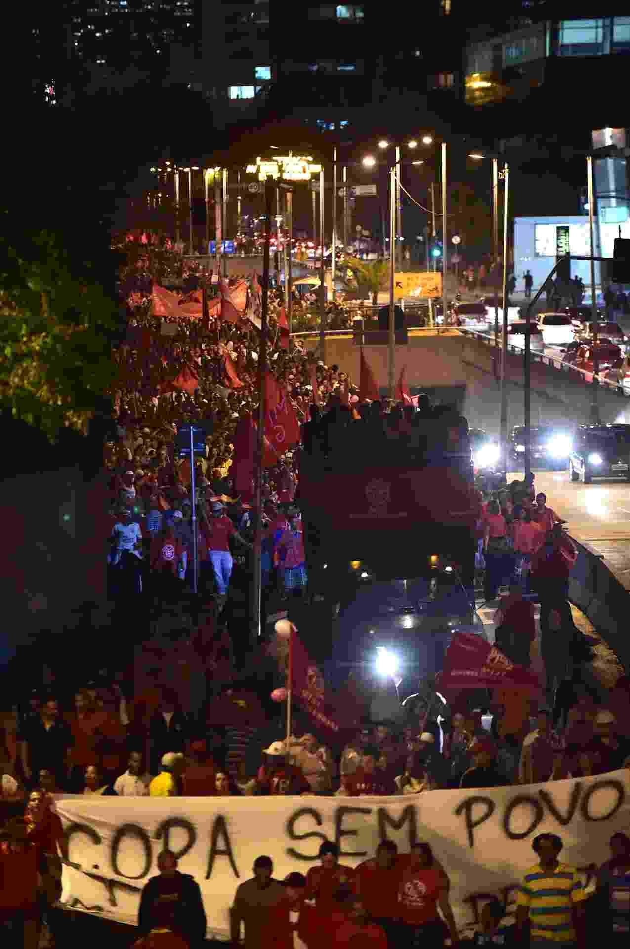 22.mai.2014 - Integrantes do MTST (Movimentos dos Trabalhadores Sem Teto) passam pela avenida Cidade Jardim, no Itaim Bibi, na zona oeste de São Paulo, durante protesto contra a Copa do Mundo e outras questões, no início da noite desta quinta-feira (22), em Pinheiros, zona oeste de São Paulo - Nelson Almeida/AFP