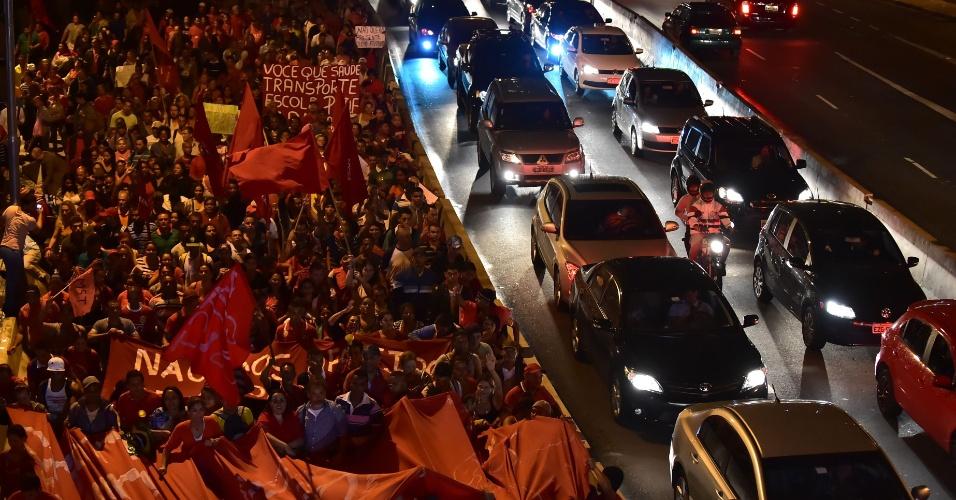 22.mai.2014 - Integrantes do MTST (Movimentos dos Trabalhadores Sem Teto) passam pela avenida Cidade Jardim, no Itaim Bibi, na zona oeste de São Paulo, durante protesto contra a Copa do Mundo e outras questões, no início da noite desta quinta-feira (22), em Pinheiros, zona oeste de São Paulo