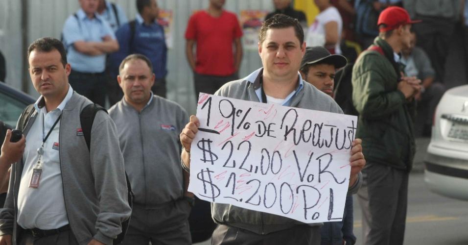22.mai.2014 - Motoristas e cobradores da Viação Osasco, na Grande São Paulo, paralisaram serviços nesta quinta-feira (22). Eles reivindicam melhores salários