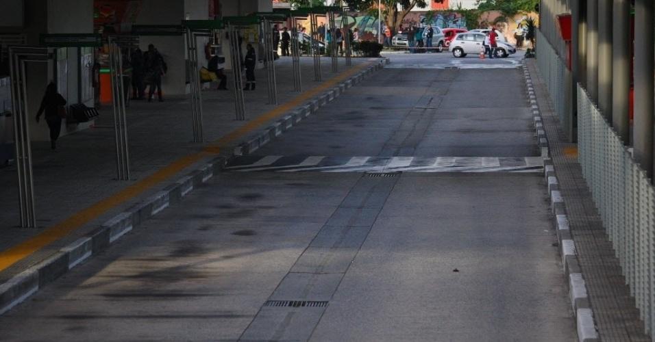 22.mai.2014 - O terminal Pirituba amanheceu sem ônibus nesta quinta (22) em São Paulo. A maioria das linhas é atendida pela Viação Santa Brígida. Motoristas e cobradores fazem piquete na porta da empresa e impedem a saída de veículos desde a madrugada