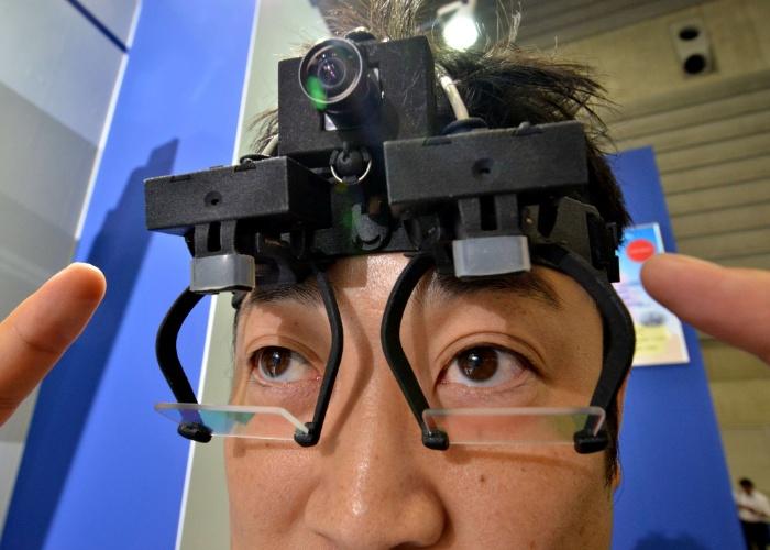 22.mai.2014 - Óculos demonstrados no Japão são usados pela indústria automotiva para monitorar os movimentos dos olhos. Segundo a agência de notícias France Presse, essa análise pode ajudar a desenvolver recursos para evitar acidentes. O produto da Nac, chamado EyeSeeCam, já é vendido para empresas e foi exibido em uma feira automotiva em Yokohama