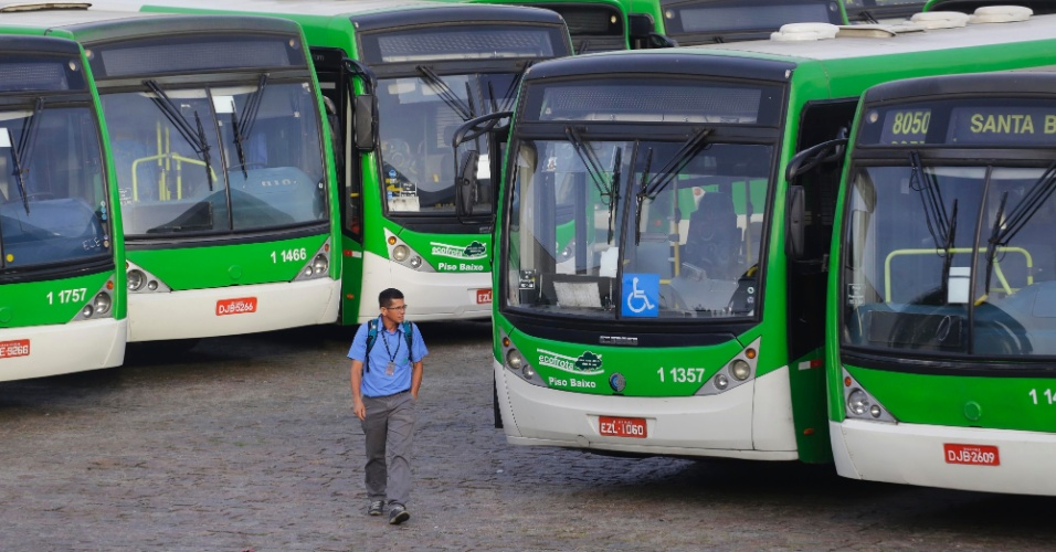 22.mai.2014 - Ônibus da Viação Santa Brígida não saíram da garagem da Vila Jaguara, na zona norte de São Paulo, nesta quinta-feira (21). A paralisação das atividades ocorre pelo terceiro dia consecutivo. Os motoristas e cobradores protestam por melhores salários. Os profissionais não concordam com o acordo salarial que o sindicato fechou com as empresas de ônibus. A proposta acordada com as companhias prevê um reajuste salarial de 10%