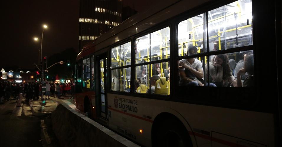 22.mai.2014 - Passageiros aguardam dentro de ônibus durante protesto do MTST (Movimentos dos Trabalhadores Sem Teto) contra a Copa do Mundo, na avenida Brigadeiro Faria Lima, em Pinheiros, na zona oeste de São Paulo, nesta quinta-feira (22)