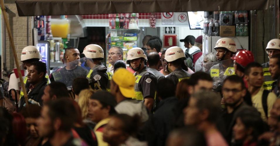 22.mai.2014 - Policiais militares acompanham Integrantes do MTST (Movimentos dos Trabalhadores Sem Teto) durante protesto contra a Copa do Mundo, na avenida Brigadeiro Faria Lima, em Pinheiros, na zona oeste de São Paulo, nesta quinta-feira (22)