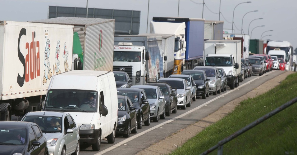22.mai.2014 - Protesto de motoristas e cobradores da Viação Osasco, na Grande São Paulo, nesta quinta-feira (22), deixa o trânsito complicado na avenida Presidente Getulio Vargas