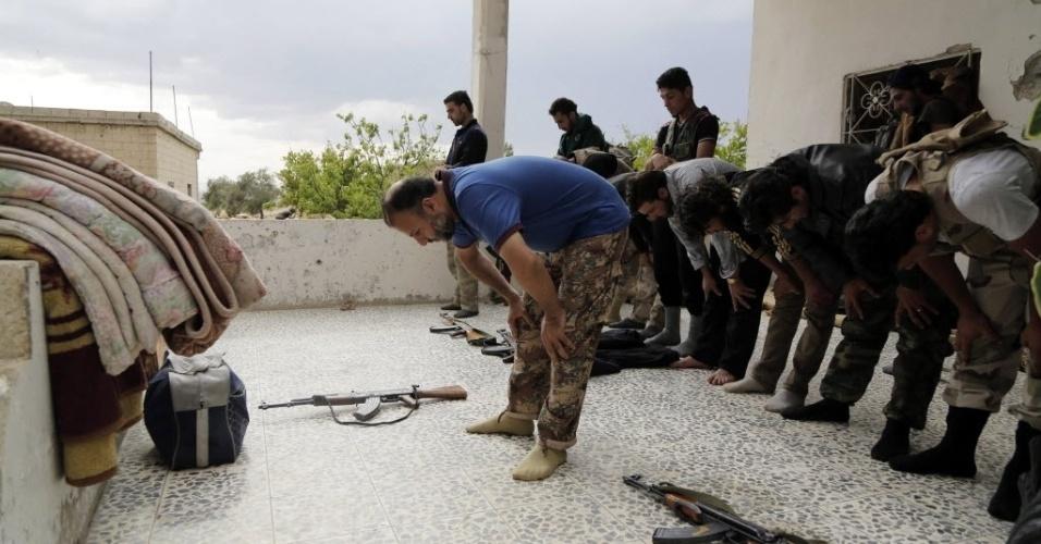 22.mai.2014 - Rebeldes sírios fazem orações na cidade de Idlib, Síria. O Exército sírio conseguiu romper o cerco imposto pelos rebeldes há mais de um ano na prisão central de Aleppo, região norte do país. Segundo os militares, este avanço permite cortar uma via de abastecimento dos rebeldes