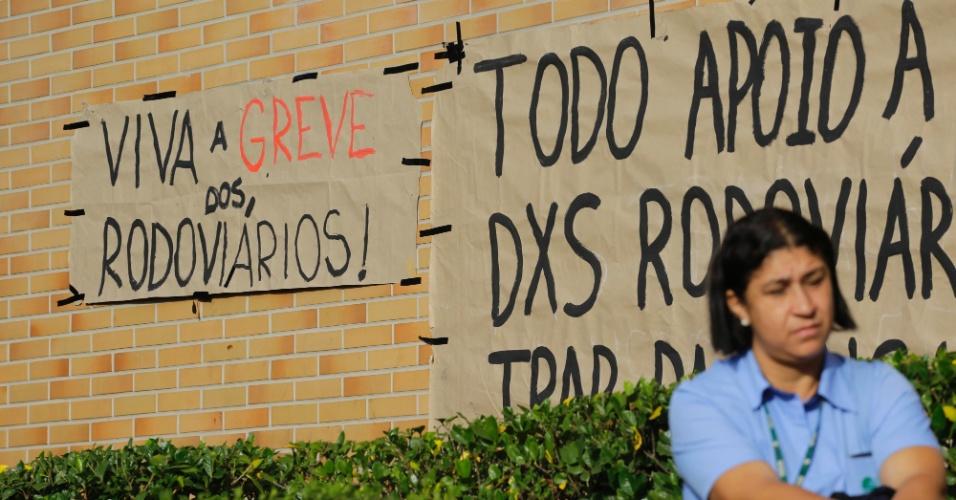 22.mai.2014 - Rodoviários protestam em frente à garagem da empresa Viação Santa Brígida, em São Paulo, nesta quinta-feira (22), e impedem a saída dos ônibus. Os veículos voltaram a circular normalmente no final da manhã