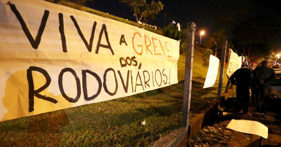 22.mai.2014 - Rodoviários protestam em frente à garagem da empresa Viação Santa Brígida, em São Paulo, nesta quinta-feira (22), e impedem a saída dos ônibus.Todos os terminais estão abertos, segundo a SPTrans (empresa gestora do transporte municipal)