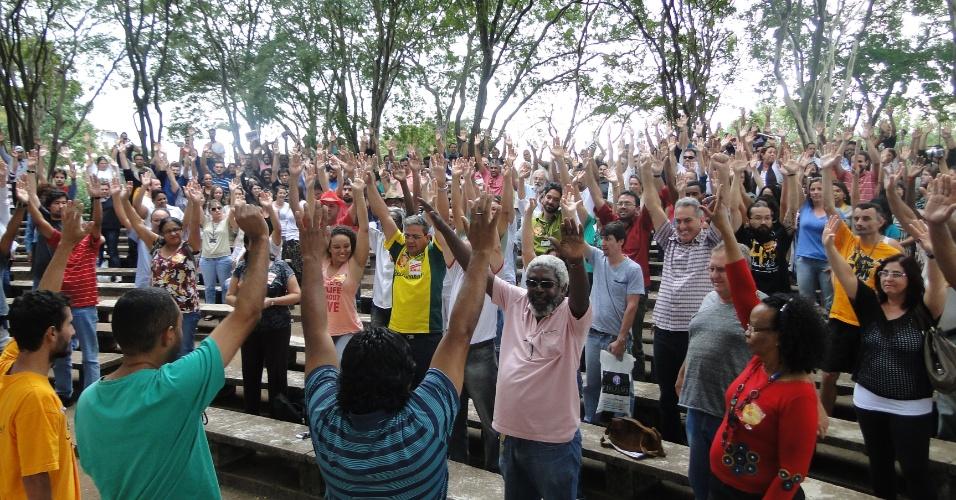 22.mai.2014 - Trabalhadores da Unicamp em assembleia realizada nesta quinta. A greve da categoria começa amanhã