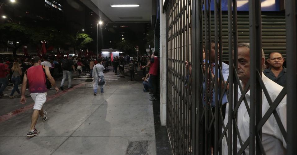 22.mai.2014 - Manifestação do MTST (Movimentos dos Trabalhadores Sem Teto)contra a Copa do Mundo passa pela na avenida Brigadeiro Faria Lima, em Pinheiros, na zona oeste de São Paulo, , nesta quinta-feira (22), fazendo moradores e comerciantes aguardarem dentro dos estabelecimento
