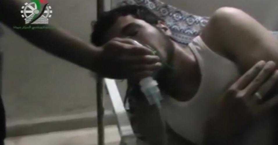 23.mai.2014 - Ativistas de oposição publicaram nesta sexta-feira (23) um vídeo do que afirmam ser gás cloro espalhado por ruas de uma localidade síria e acusam o presidente sírio, Bashar Assad, de conduzir uma campanha com armas químicas. Testemunhas disseram que o vilarejo de Kfar Zeita, na província de Hama, na região central da Síria e a 200 quilômetros de Damasco, foi alvo há dois meses de dois ataques com gás cloro lançado de helicópteros