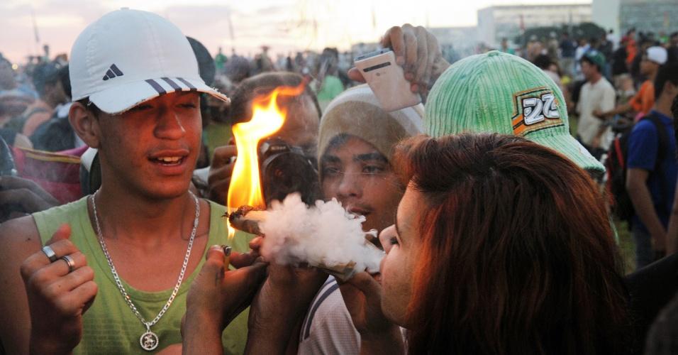 23.mai.2014 - Manifestantes acendem cigarro no gramado do Congresso Nacional, em Brasília, durante Marcha da Maconha, nesta sexta-feira (23). Segundo a Polícia Militar, cerca de 4.000 pessoas participam do evento, que pede a regulamentação da maconha no Brasil para uso medicinal, recreativo, religioso e industrial