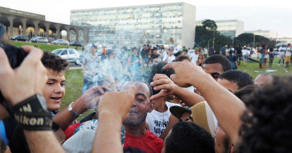 23.mai.2014 - Manifestantes fumam no gramado do Congresso Nacional, em Brasília, durante Marcha da Maconha, nesta sexta-feira (23). Segundo a Polícia Militar, cerca de 4.000 pessoas participam do evento, que pede a regulamentação da maconha no Brasil para uso medicinal, recreativo, religioso e industrial
