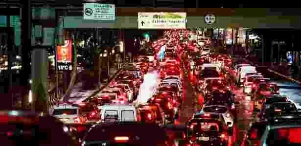 Carros no corredor radial Leste; motoristas tiveram de ter paciência no final desta sexta-feira (23) - Adriano Vizoni/Folhapress