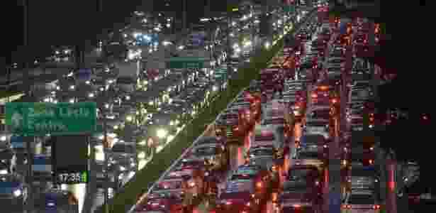 23.mai.2014 - Motoristas enfrentam trânsito na avenida Moreira Guimarães, próximo ao aeroporto de Congonhas, na zona sul de São Paulo, nesta sexta-feira chuvosa. A cidade atingiu trânsito recorde na história de São Paulo, nesta sexta-feira (23). Às 18h30, a capital registrou 338 km de engarrafamento na capital paulista, segundo a CET (Companhia de Engenharia de Tráfego). A média para o horário fica entre 170 km e 209 km - Levi Bianco - 23.mai.2014/Brazil Photo Press/Estadão Conteúdo - Levi Bianco - 23.mai.2014/Brazil Photo Press/Estadão Conteúdo