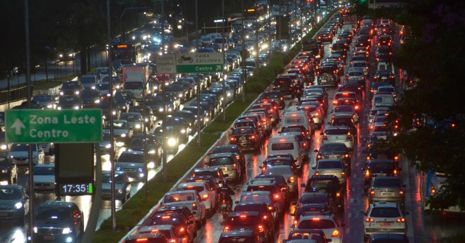 23.mai.2014 - Motoristas enfrentam trânsito na avenida Moreira Guimarães, próximo ao aeroporto de Congonhas, na zona sul de São Paulo, nesta sexta-feira chuvosa. A cidade atingiu trânsito recorde na história de São Paulo, nesta sexta-feira (23). Às 18h30, a capital registrou 338 km de engarrafamento na capital paulista, segundo a CET (Companhia de Engenharia de Tráfego). A média para o horário fica entre 170 km e 209 km
