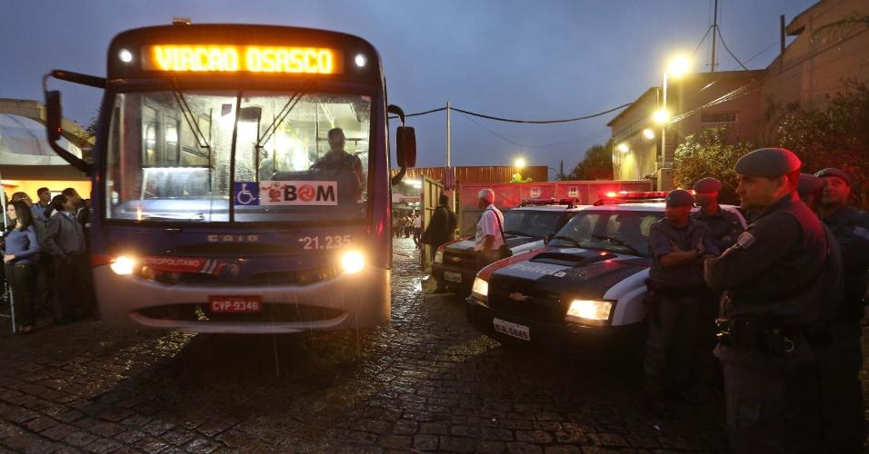 23.mai.2014 - Policiais acompanham movimentação de ônibus na garagem da Viação Osasco, nesta sexta-feira (23). Motoristas e cobradores de duas empresas decidiram manter a greve e afetam o transporte em cidades do ABC e Osasco, na região metropolitana de São Paulo. A paralisação atinge, direta ou indiretamente, ao menos dez cidades na região