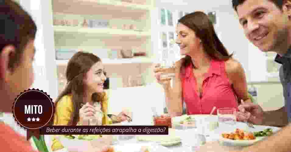 Beber água durante as refeições atrapalha a digestão? MITO: O consumo de água durante as refeições não interfere na digestão, de acordo com o gastroenterologista Laércio Tenório Ribeiro, membro da Federação Brasileira de Gastroenterologia. ?Em alguns casos, no entanto, este hábito pode trazer transtornos. É o que acontece, por exemplo, nos pacientes portadores de doença de refluxo gastroesofágico. Nestes casos, a ingestão de líquidos durante as refeições, aumentando a pressão dentro do estômago, vai facilitar mais ainda o refluxo, podendo piorar os sintomas?, explica o médico - Thinkstock/Arte UOL