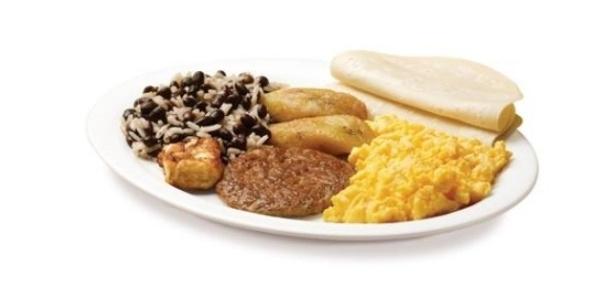 O café da manhã do McDonald's da Nicarágua tem hambúrguer de carne, pão, ovos mexidos, e arroz com feijão