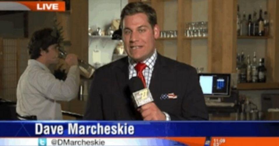 O repórter Dave Marcheskie, do canal 'ABC27',  teve sua transmissão ao vivo invadida por um rapaz. Enquanto Marcheskie falava sobre as eleições nos EUA, um jovem aparece e começa a beber a água de um vaso de plantas. Segundo o 'Daily Mail', o homem foi identificado como Frank Treese, que trabalharia para o canal 'CBS21', rival da 'ABC27'. As empresas envolvidas não confirmaram a informação. Para ver o vídeo, clique em 'Mais'