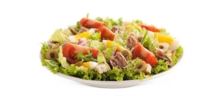 Uma salada de atum com tomates, ovos cozidos e azeitonas verdes é servida no Mc Donald's da Argentina