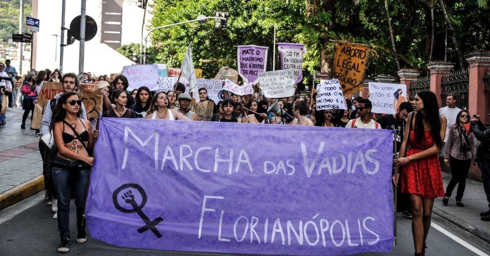 24.mai.2014 - Cerca de 300 pessoas participaram da Marcha das Vadias, pelas ruas do centro de Florianópolis, neste sábado (24)