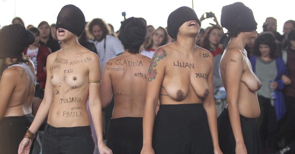 24.mai.2014 - Manifestantes protestam no vão livre do Masp (Museu de Arte de São Paulo), na avenida Paulista, neste sábado (24), na 4° Marcha das Vadias. Com o lema