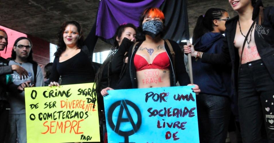 24.mai.2014 - Mesmo com as temperaturas baixas, manifestantes pintam o corpo e carregam cartazes na 4° Marcha das Vadias, neste sábado (24), em São Paulo. Com o lema