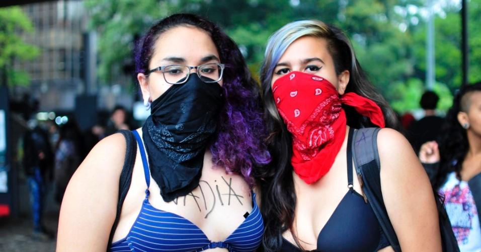 24.mai.2014 - Mesmo com as temperaturas baixas, manifestantes pintam o corpo para a 4° Marcha das Vadias, neste sábado (24), em São Paulo. Com o lema