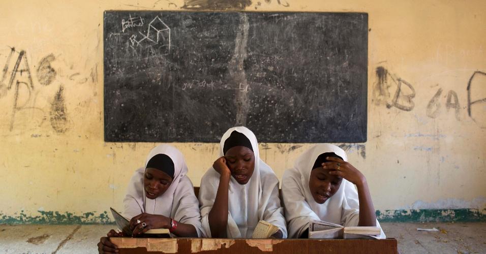 24.mai.2014 - Aluno lêem versos do Alcorão na escola islâmica Almajiri, em Maiduguri, Nigéria