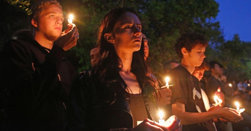 24.mai.2014 - Estudantes da universidade de Santa Barbara participam de vigília à luz de velas pelas vítimas do atirador que deixou seis mortos na cidade de Isla Vista, no estado americano da Califórnia